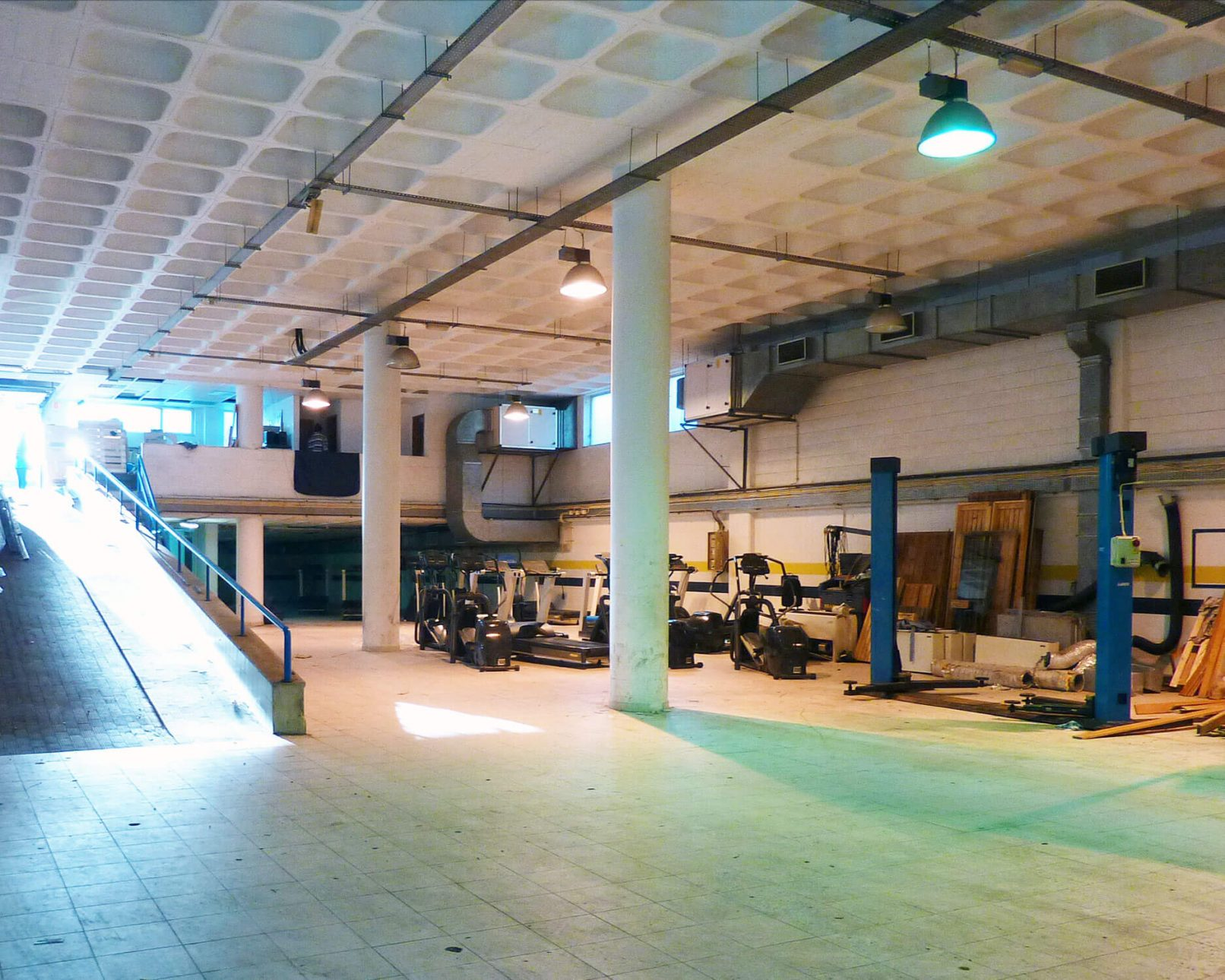 Image of the space before its conversion into a crossfit box.